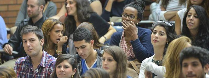 תמונת באנר של סטודנטים יושבים בכיתה