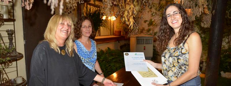 תמונת באנר שבה אורנה בן נפתלי מעניקה פרס